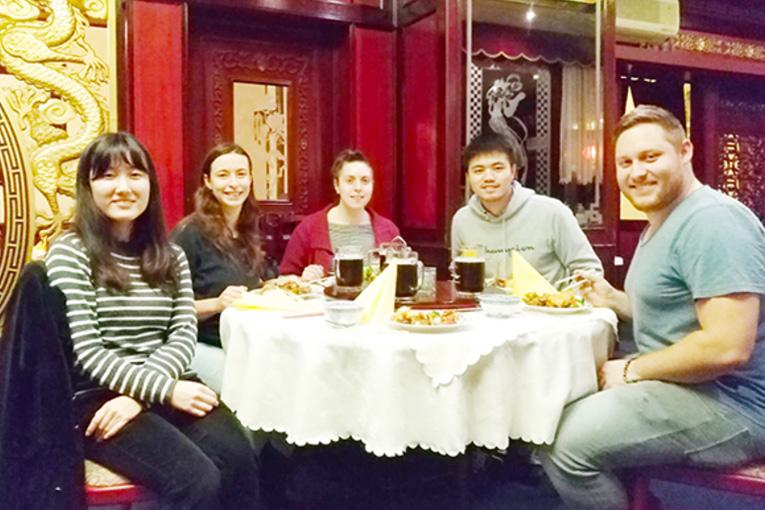 【写真】バイロイトの中華料理店にて、学生の交流。右から二番目の中国人の留学生が日本に帰る際に開いたもの(藤田)