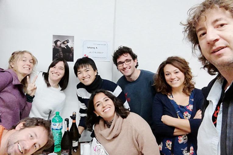 【写真】イタリア・フィレンツェ大学の研究室のメンバーと(杉村)