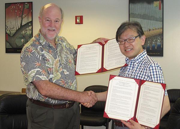 ハワイ大学海洋地球科学技術学部と博士課程学生の共同指導にかかわる覚書を締結しました。 photo